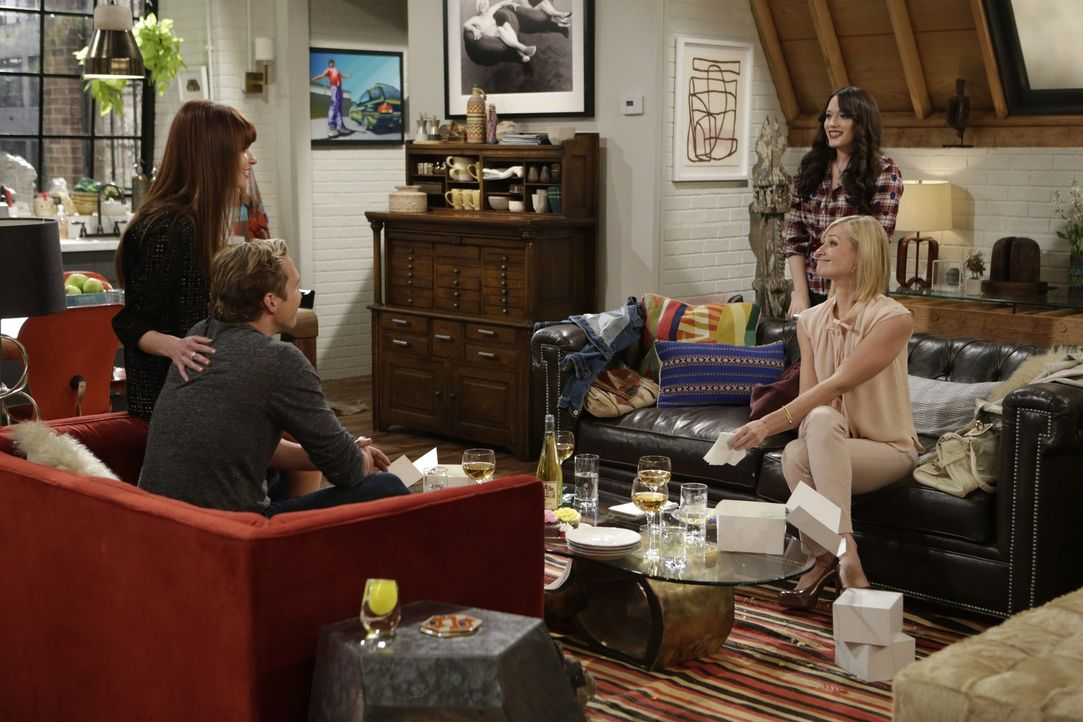 Caroline (Beth Behrs, 2.v.r.) wird nicht nur mit ihrem Ex Andy (Ryan Hansen, 2.v.l.), sondern auch mit dessen neuer Verlobten Romy (Valerie Azlynn,... - Bildquelle: Warner Brothers