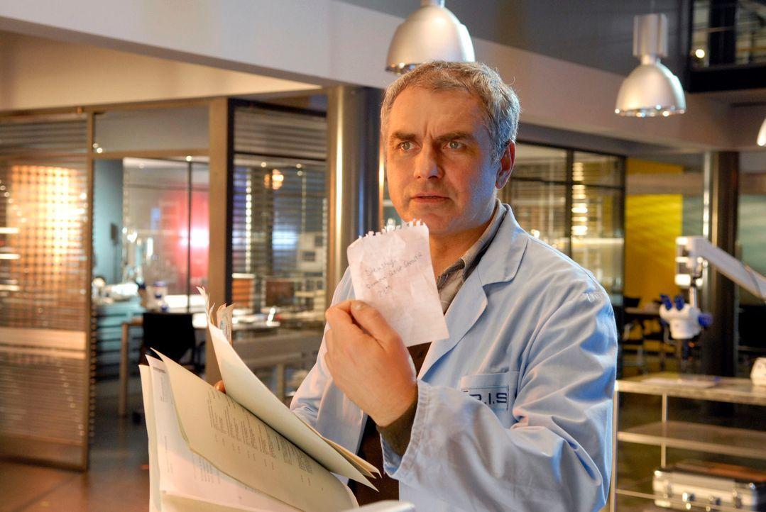 Hat Paul (Hansa Czypionka) einen Hinweis gefunden, wo Clara Prixner den Abend vor ihrer Ermordung verbracht hat? - Bildquelle: Christoph Assmann Sat.1