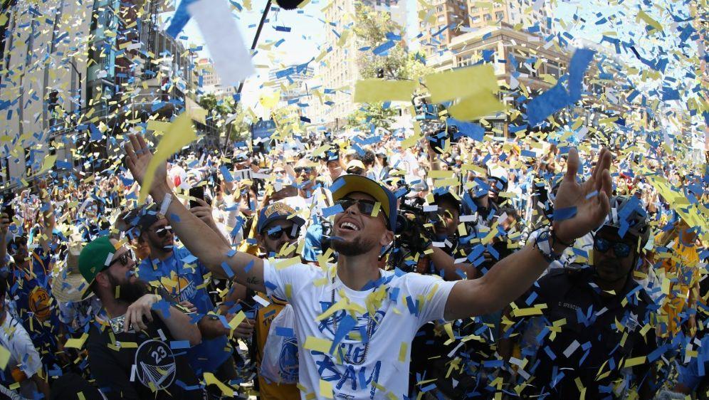 NBA-Champion Golden State wird von den Fans gefeiert - Bildquelle: AFPGETTY IMAGES NORTH AMERICASIDEZRA SHAW