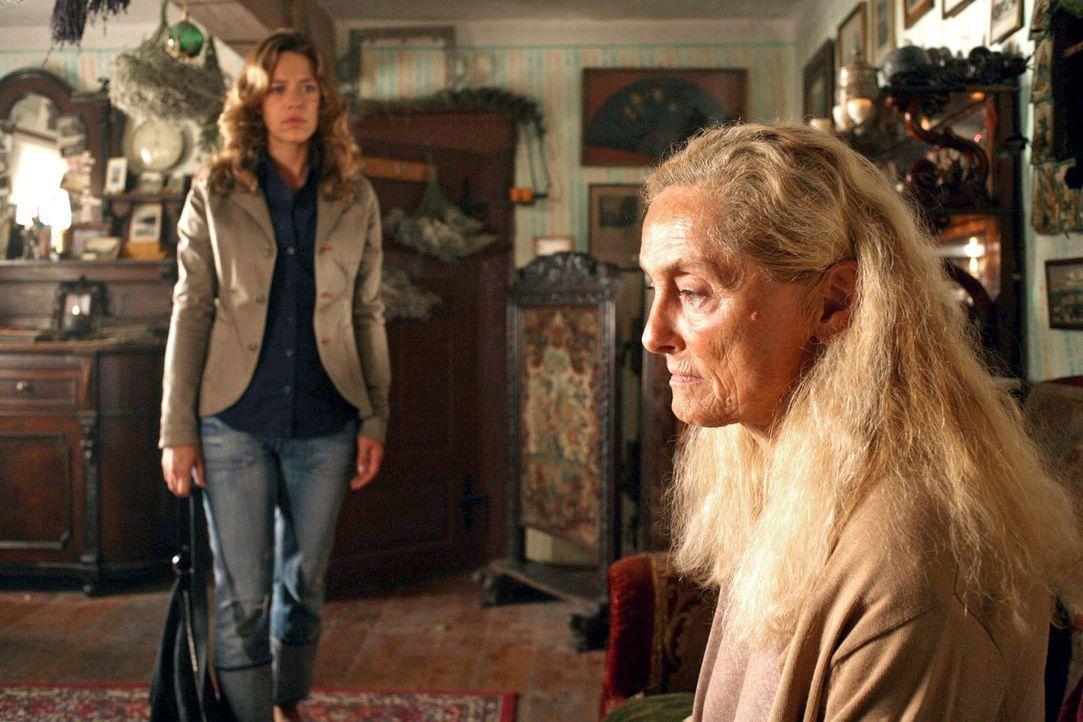 Überrascht stellt Esther (Alexandra Neldel, l.) fest, dass sie von Gertrud Orlak (Erni Mangold, r.), ihrer tot geglaubten Großmutter, schon seit Lan... - Bildquelle: Petro Domenigg Sat.1