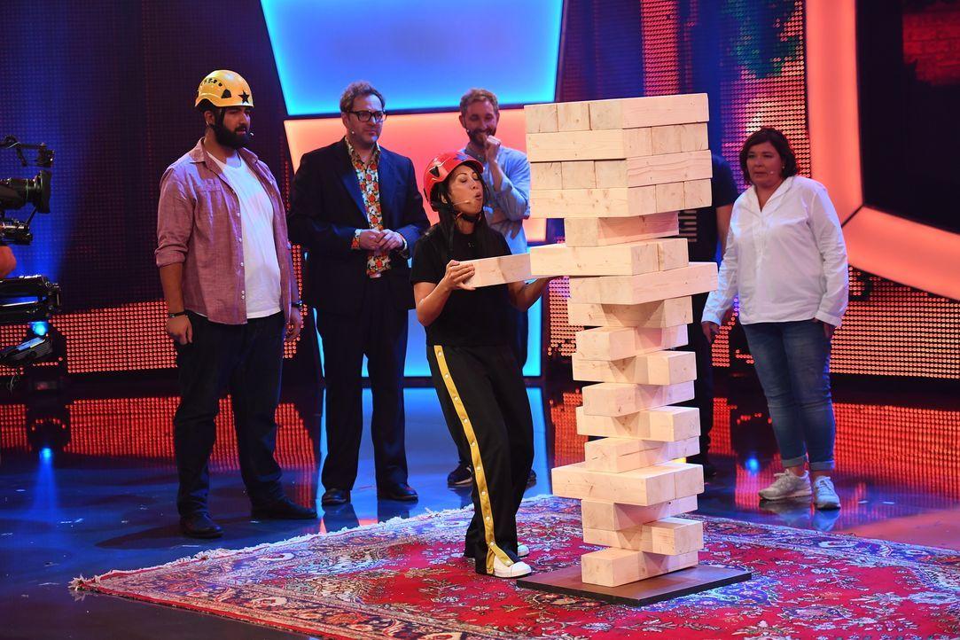 Ein etwas anderer Spieleabend wartet auf Faisal Kawusi (l.), Paul Panzer (2.v.l.), Daniel Boschmann (2.v.r.), Vera Int-Veen (r.) und Minh-Khai Phan-... - Bildquelle: Willi Weber SAT.1
