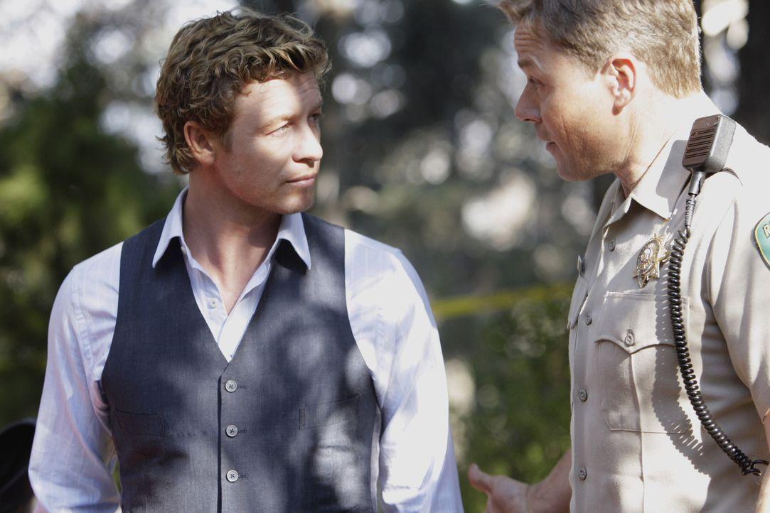 Patrick Jane (Simon Baker, l.) holt Informationen bei einen Officer (Darsteller unbekannt, r.) ein, um den Fall bald lösen zu können ... - Bildquelle: Warner Bros. Television