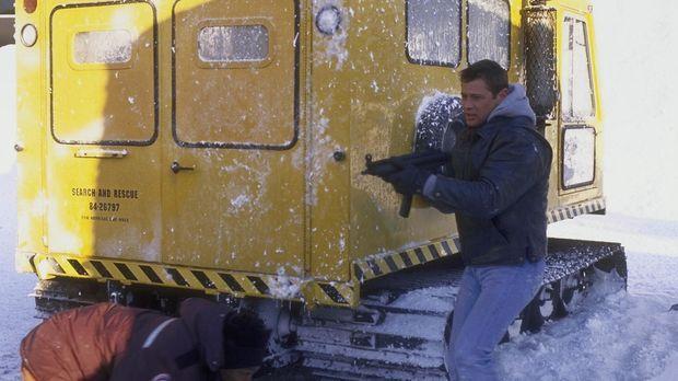Mit Waffengewalt bahnt sich Robert Drake (Grant Show) den Weg durch die eisig...