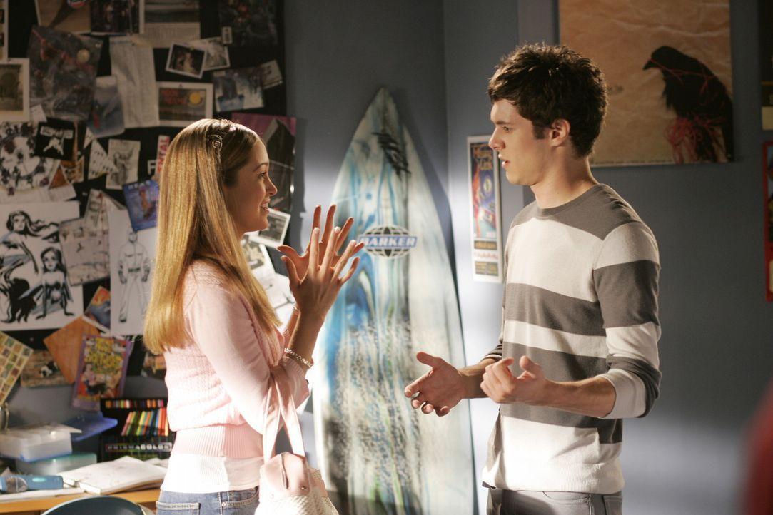 Taylor (Autumn Reeser, l.) hat ein Auge auf Seth (Adam Brody, r.) geworfen, und möchte gerne mit ihm zusammen den Weihnachtsball der Schule organis... - Bildquelle: Warner Bros. Television