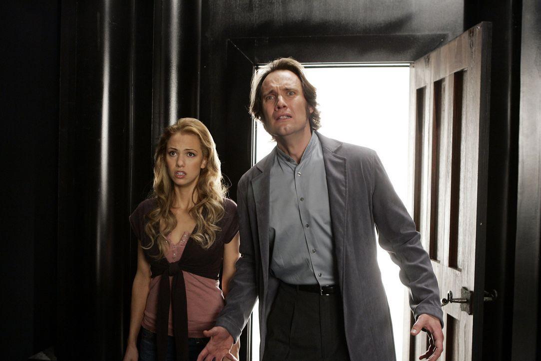 Billie hat erkannt, dass Dumain (Anthony Cistaro, l.) sie nur benutzt hat, doch Christy (Marnette Patterson, r.) will nichts davon hören ... - Bildquelle: Paramount Pictures