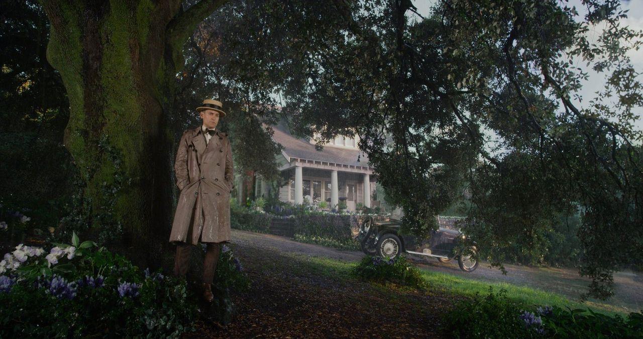 Im Jahre 1922 schlägt sich Nick Carraway (Tobey Maguire) als Aktienhändler an der Wall Street durch, als er durch die Begegnung mit dem schillerndem... - Bildquelle: 2012 Warner Brothers