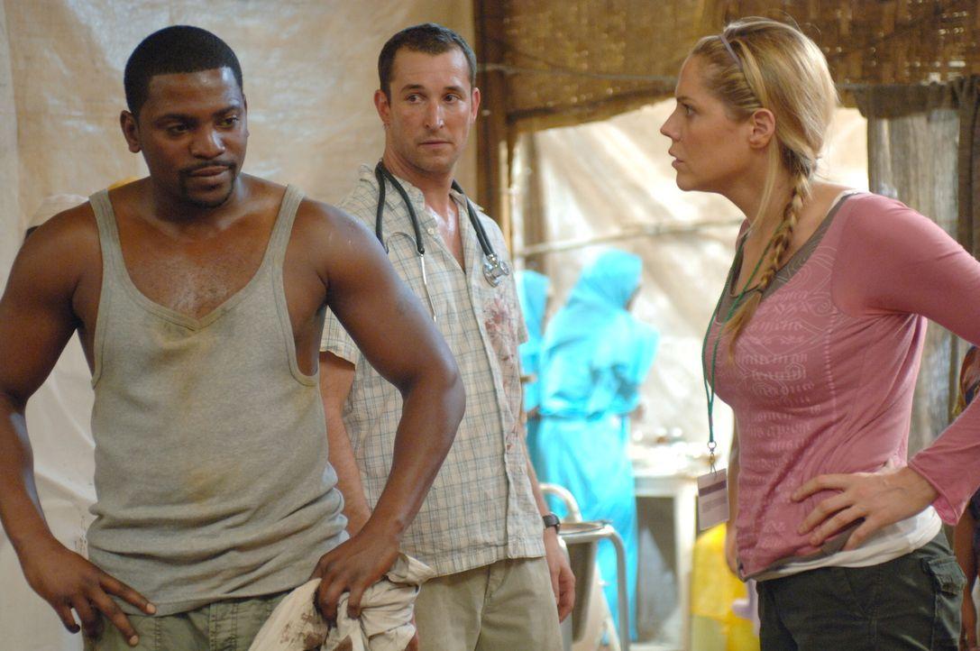 Gemeinsam mit Debbie (Mary McCormack, r.), Dakarai und Carter (Noah Wyle, M.) versucht Pratt (Mekhi Phifer, l.), den Kranken in Darfur die notwendig... - Bildquelle: Warner Bros. Television