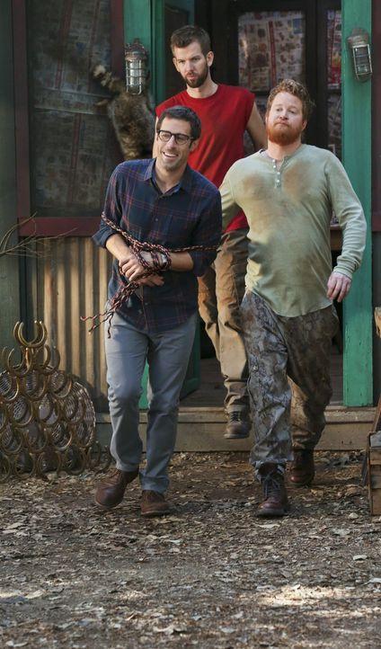 Was haben Tansys Brüder Chicken (Bill Parks, r.) und Rudy Truitt (Matt Hobby, M.) bloß mit Joel (Josh Cooke, l.) vor? - Bildquelle: Warner Brothers