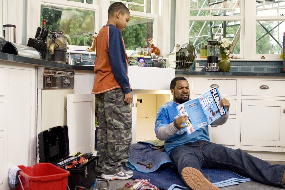 Nick (Ice Cube, r.), seine frisch angetraute Ehefrau und deren Kinder (Philip Bolden, l.) ziehen von der hektischen Großstadt in ein Häuschen in d... - Bildquelle: 2007 Revolution Studios Distribution Company, LLC. All Rights Reserved.