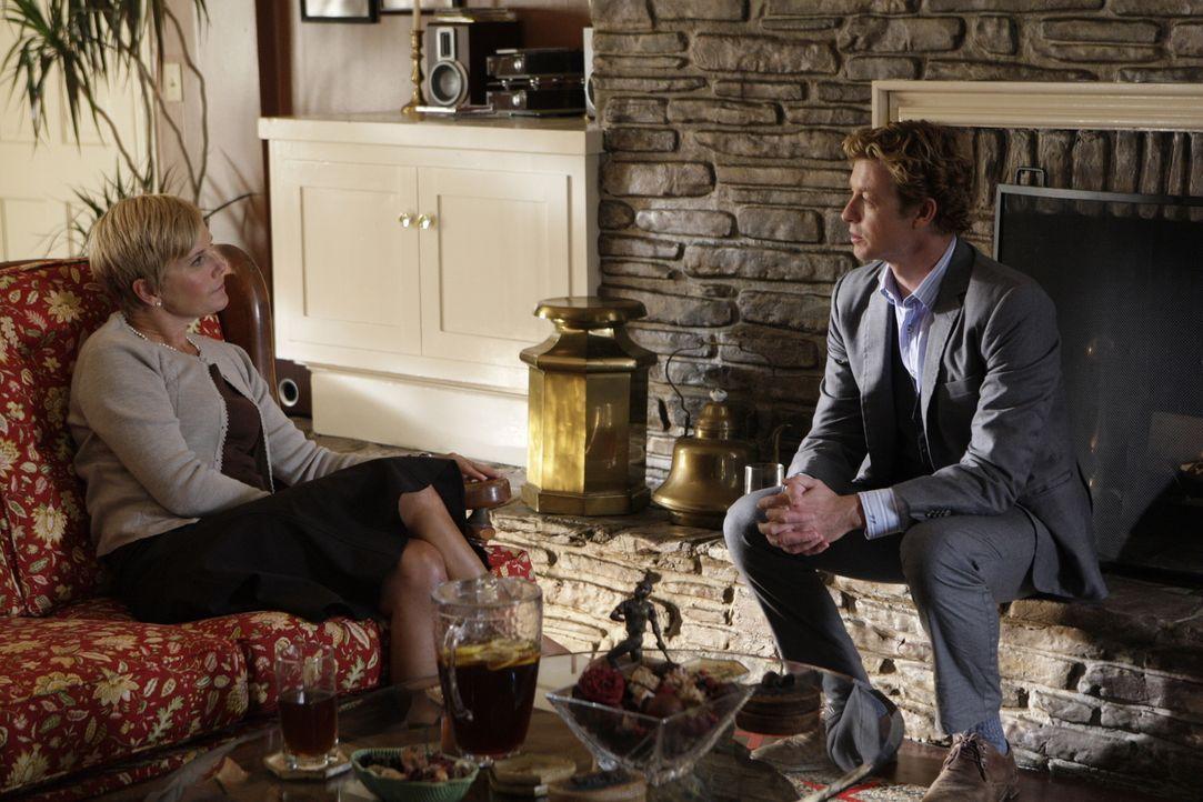 Um einen neuen Fall zu lösen, erhofft sich Patrick Jane (Simon Baker, r.) Informationen von Katherine Blakely (Kate McNeil, l.) ... - Bildquelle: Warner Bros. Television