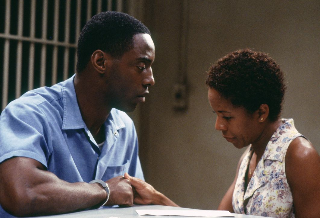 Frank Beachum (Isaiah Washington, l.) und seine Frau (Lisa Gay Hamilton, r.) müssen Abschied voneinander nehmen, da Frank wegen angeblichen Mord zum... - Bildquelle: Warner Bros.