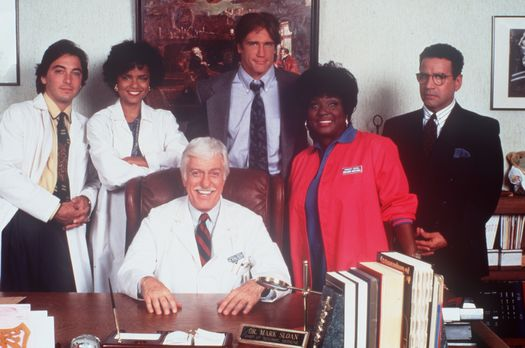 Diagnose: Mord - Dr. Sloan (Dick Van Dyke, sitzend) inmitten seines bewährten...