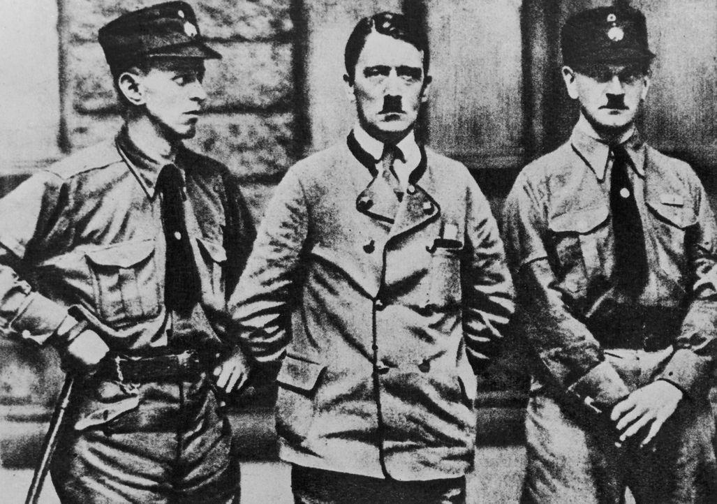 Der junge Adolf Hitler (M.) wird Ende 1918 aus dem Militärkrankenhaus entlassen und kehrt in die bayerische Landeshauptstadt München zurück. Es daue... - Bildquelle: Three Lions/Hulton Archive/Getty Images