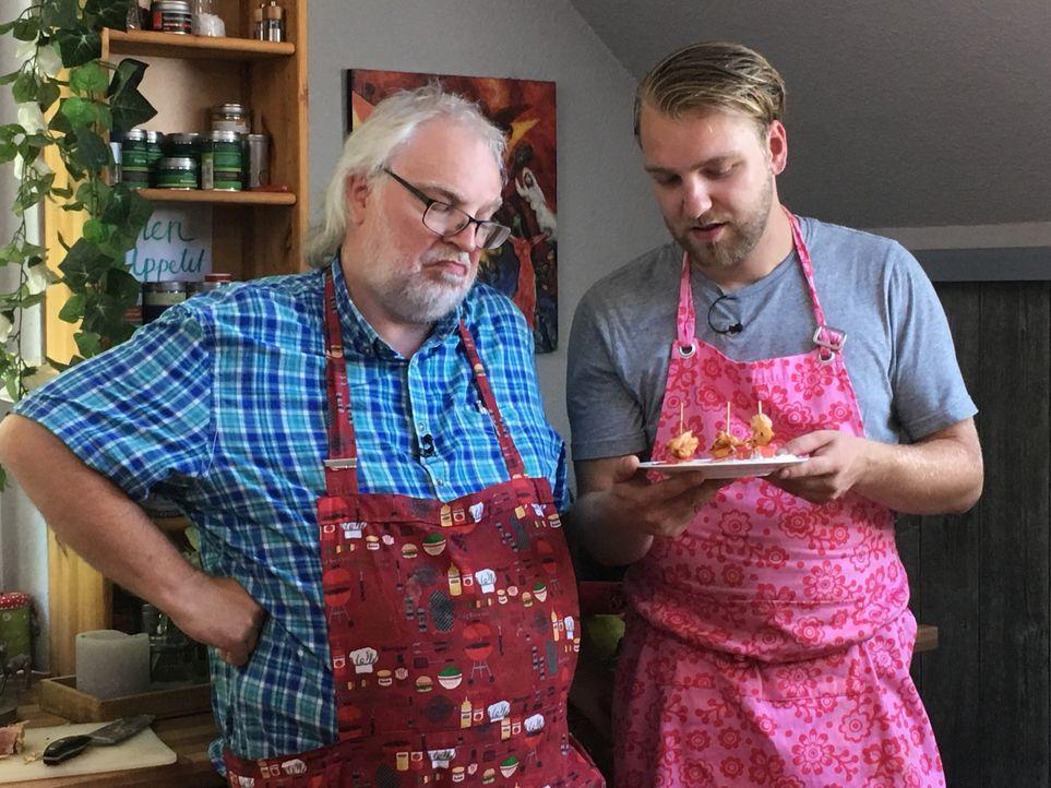 Bei diesem Vater-Sohn-Gespann gibt es einigen Diskussionsbedarf. Werden Norbert und Christoph mit ihren Kochkünsten trotzdem überzeugen? - Bildquelle: kabel eins