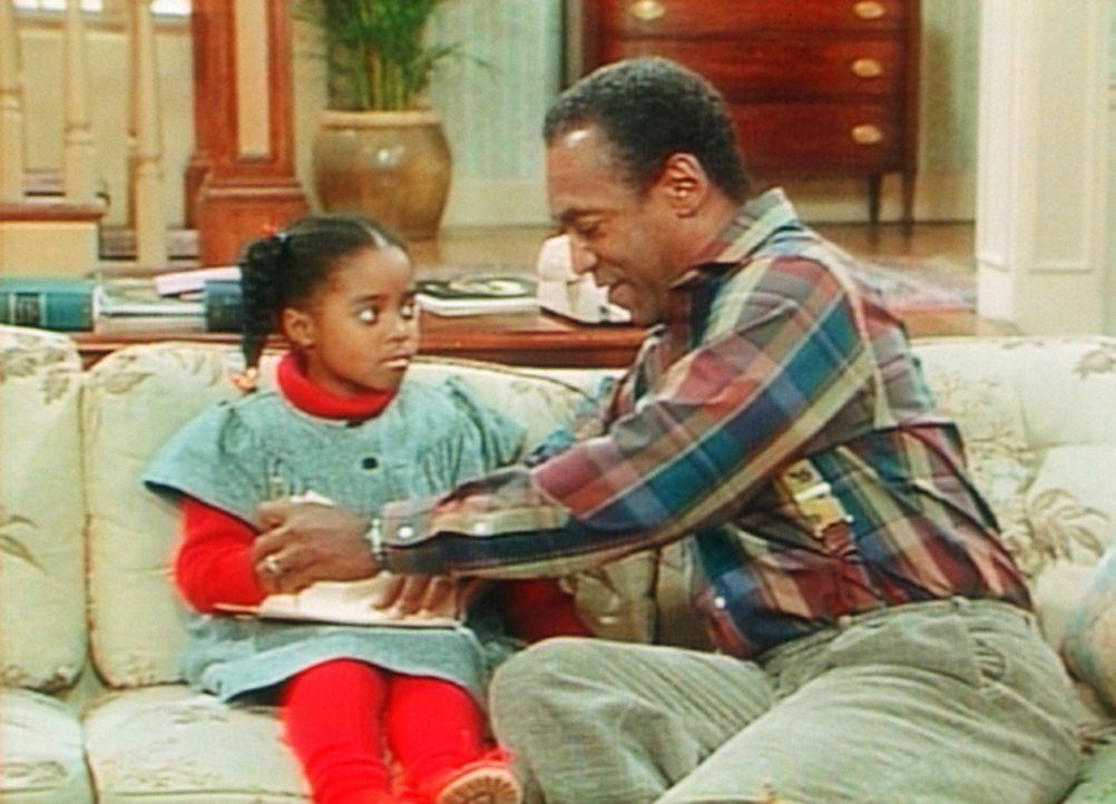 Auf Cliffs (Bill Cosby, r.) Anraten schreibt Rudy (Keshia Knight Pulliam, l.) einen Brief an ihre Mutter. - Bildquelle: Viacom