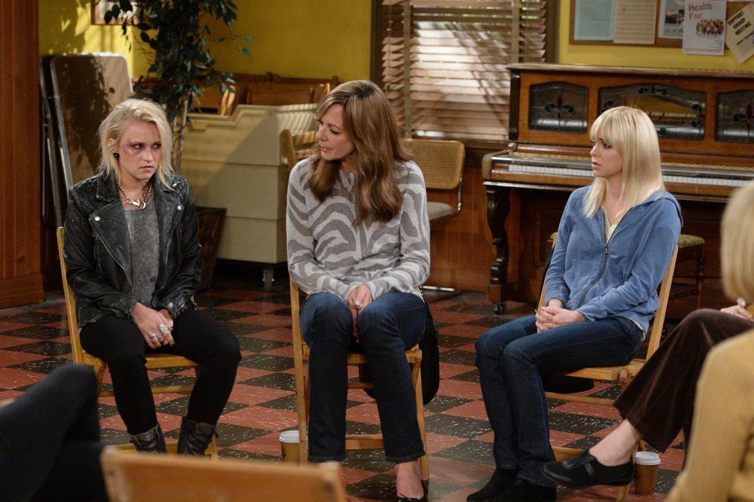 Bonnie (Allison Janney, M.) und Christy (Anna Faris, r.) nehmen sich der drogensüchtigen Jodi (Emily Osment, l.) an, die von ihrem Drogendealer-Freu... - Bildquelle: 2015 Warner Bros. Entertainment, Inc.