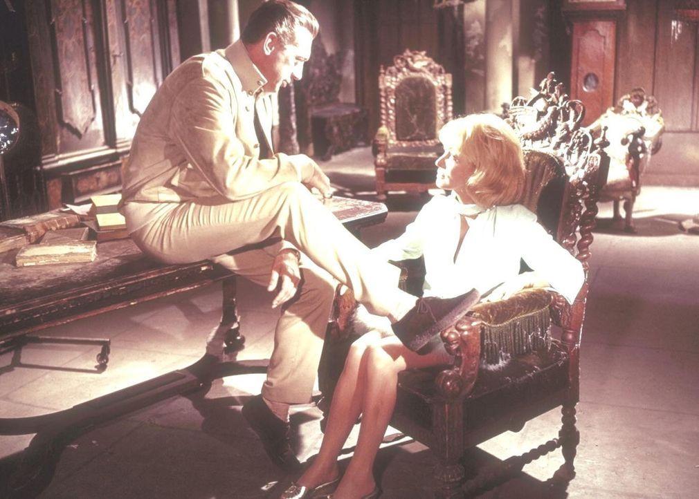 Douglas Fairbanks (Horst Tappert, l.) versucht Catherine Wilson (Mady Rahl, r.) einzuschüchtern ... - Bildquelle: Constantin Film