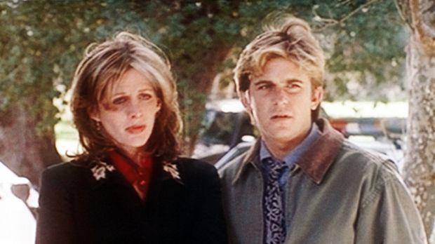 Jesse (Charlie Schlatter, r.) tröstet Krystie (Tracy Nelson, l.), die durch i...