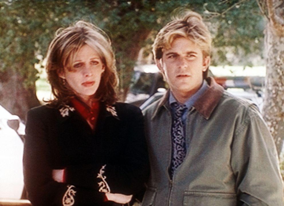 """Jesse (Charlie Schlatter, r.) tröstet Krystie (Tracy Nelson, l.), die durch ihre übersinnlichen Fähigkeiten einen Mord """"gesehen"""" hat und deswegen... - Bildquelle: Viacom"""
