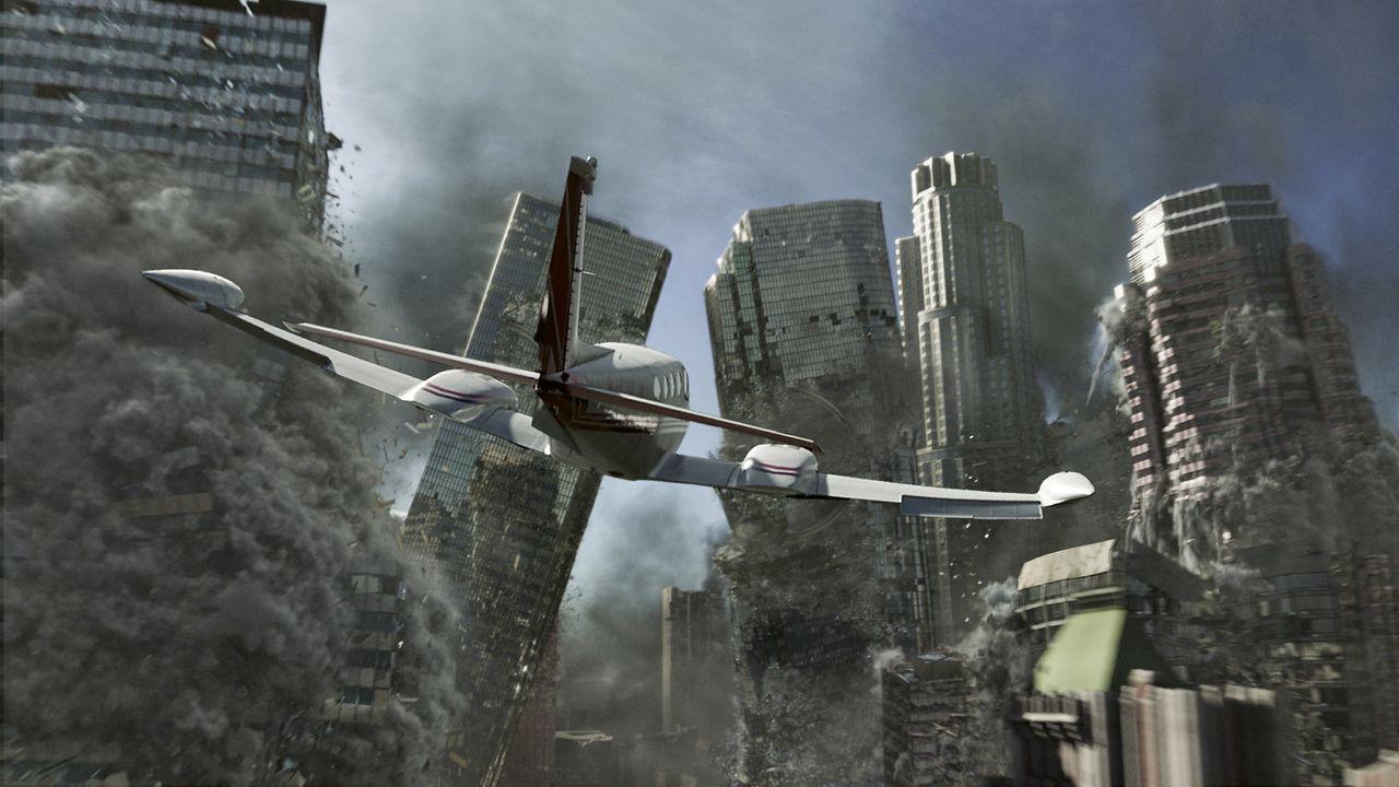 Kaum haben Jackson Curtis und seine Familie das kleine Flugzeug gestartet, da erschüttern schwere Beben Los Angeles ... - Bildquelle: 2009 Columbia Pictures Industries, Inc. All Rights Reserved.