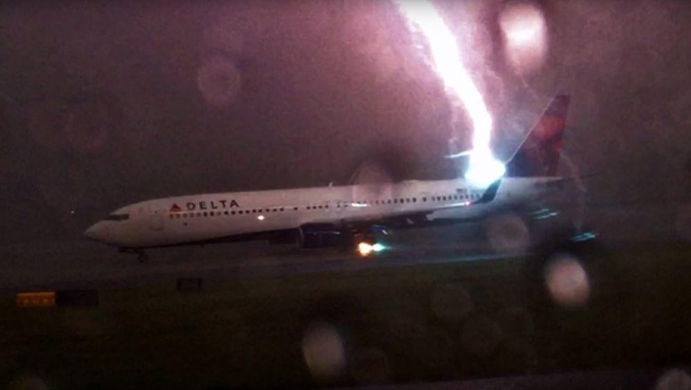 Unfassbare Aufnahmen: Blitz trifft direkt in Flugzeug!