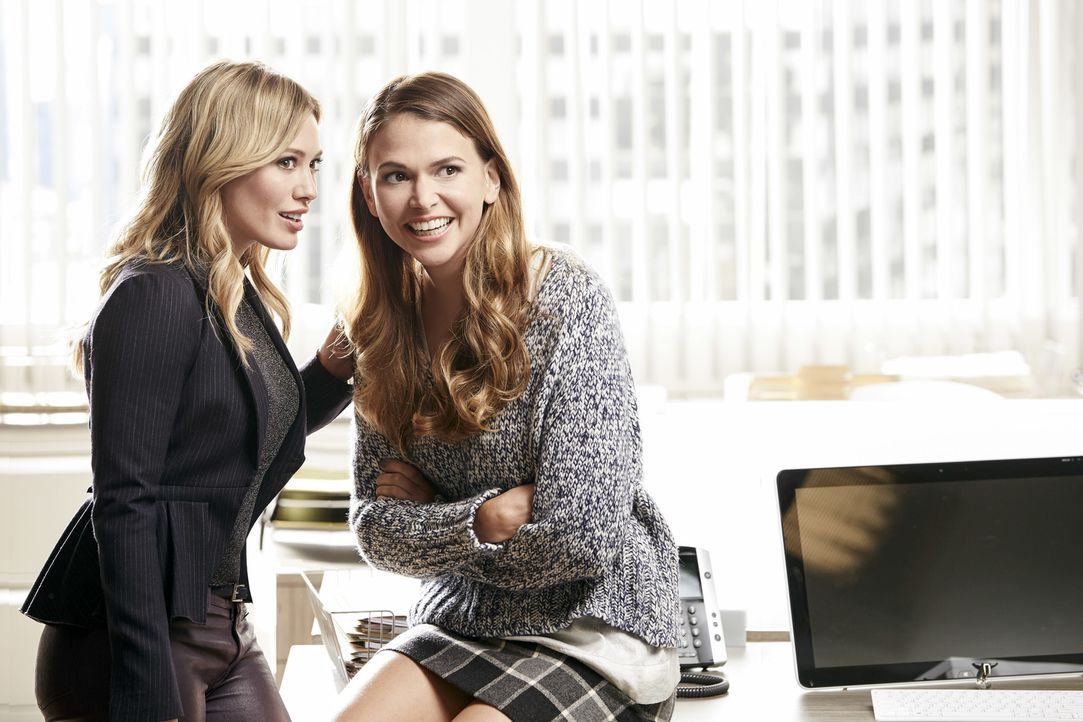 (1. Staffel) - Kelsey (Hilary Duff, l.) hilft der frisch verlassenen Mutter Liza (Sutton Foster, r.), sich in der Arbeitswelt wieder zurechtzufinden... - Bildquelle: Hudson Street Productions Inc 2015