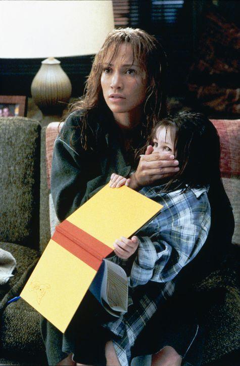 Zusammen mit ihrem Kind Gracie (Tessa Allen, r.) versucht Slim (Jennifer Lopez, r.), Mitch zu entfliehen, doch der ist ihr immer dicht auf den Ferse... - Bildquelle: 2003 Sony Pictures Television International
