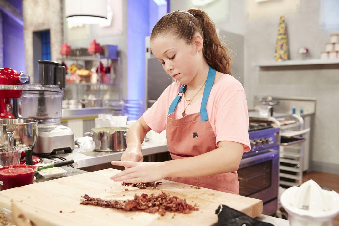 Rebecca Beale zaubert Eclaires mit einer Karamel Crème, kandierten Pekannüssen und Speck ... - Bildquelle: Greg Gayne 2015, Television Food Network, G.P. All Rights Reserved