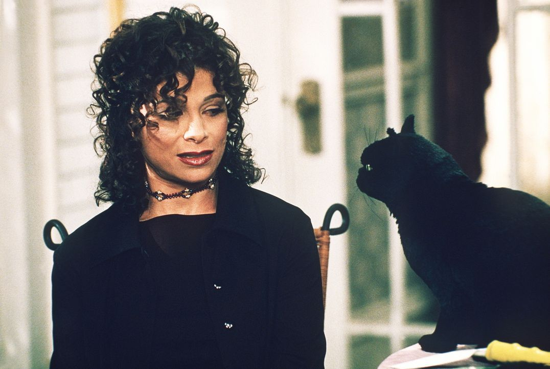 Paula (Paula Abdul, l.) unterhält sich angeregt mit Kater Salem ... - Bildquelle: Paramount Pictures
