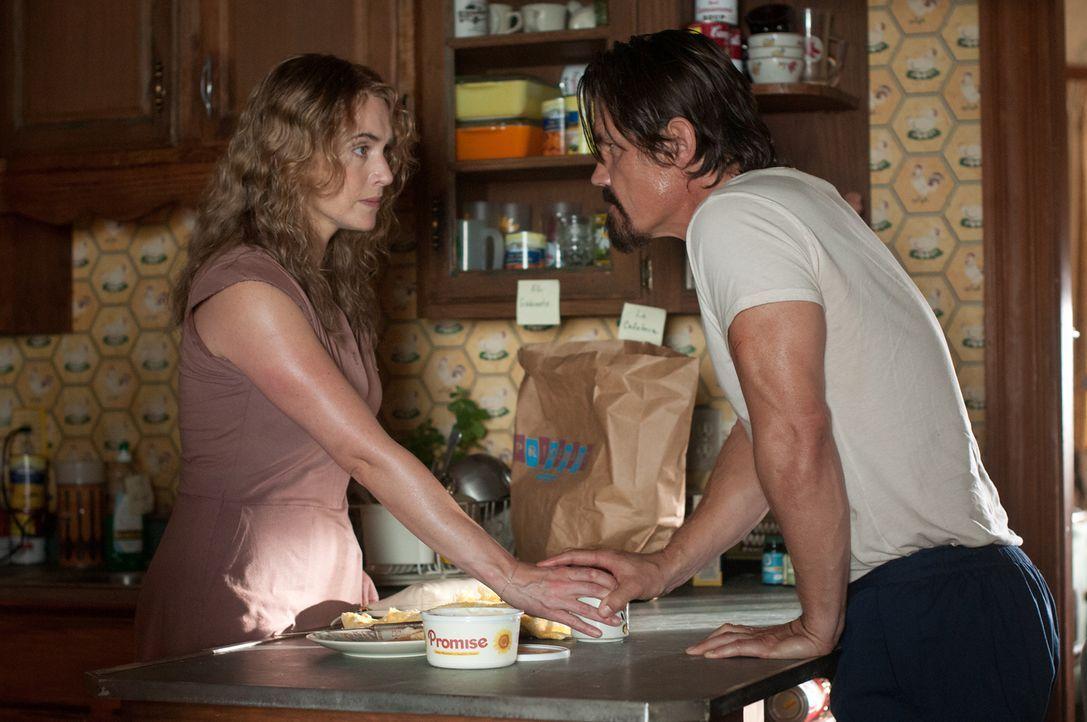 Als sie den verletzten Anhalter Frank (Josh Brolin, r.) bei sich aufnimmt, ahnt die alleinerziehende Mutter Adele (Kate Winslet, l.) nicht, dass er... - Bildquelle: 2016 Paramount Pictures. All Rights Reserved.