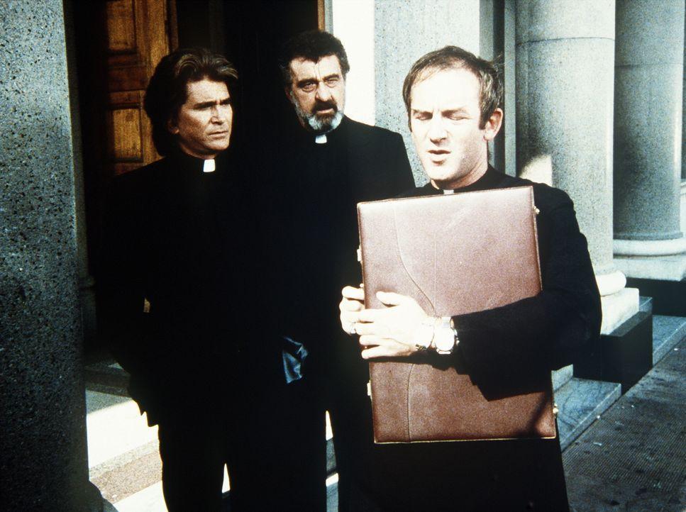 Rat suchend wendet sich Pater Charley (John Pleshette, r.) an Jonathan (Michael Landon, l.) und Mark (Victor French, M.), denn er weiß nicht wohin m... - Bildquelle: Worldvision Enterprises, Inc.