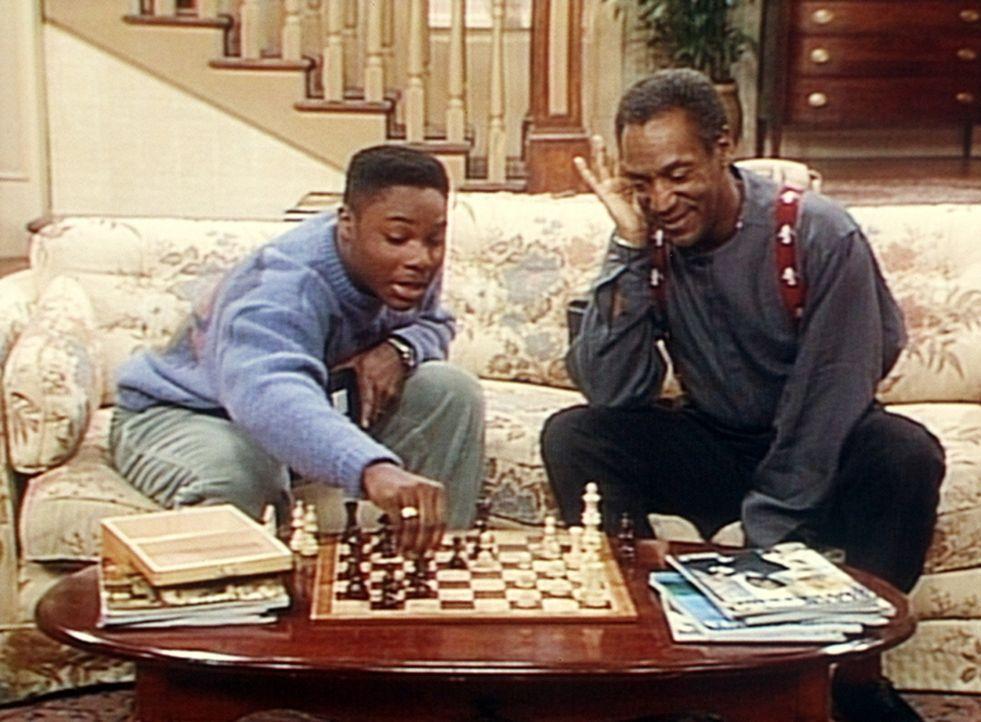 Theo (Malcolm-Jamal Warner, l.) hofft, mit Hilfe seines Computers gegen Cliff (Bill Cosby, r.) beim Schach gewinnen zu können. - Bildquelle: Viacom