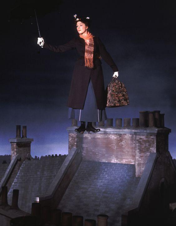 Das ganz besondere Kindermädchen Mary Poppins (Julie Andrews) entführt die Kinder Michael und Jane Banks in fremde, faszinierende Welten ... - Bildquelle: Walt Disney Company. All Rights Reserved.