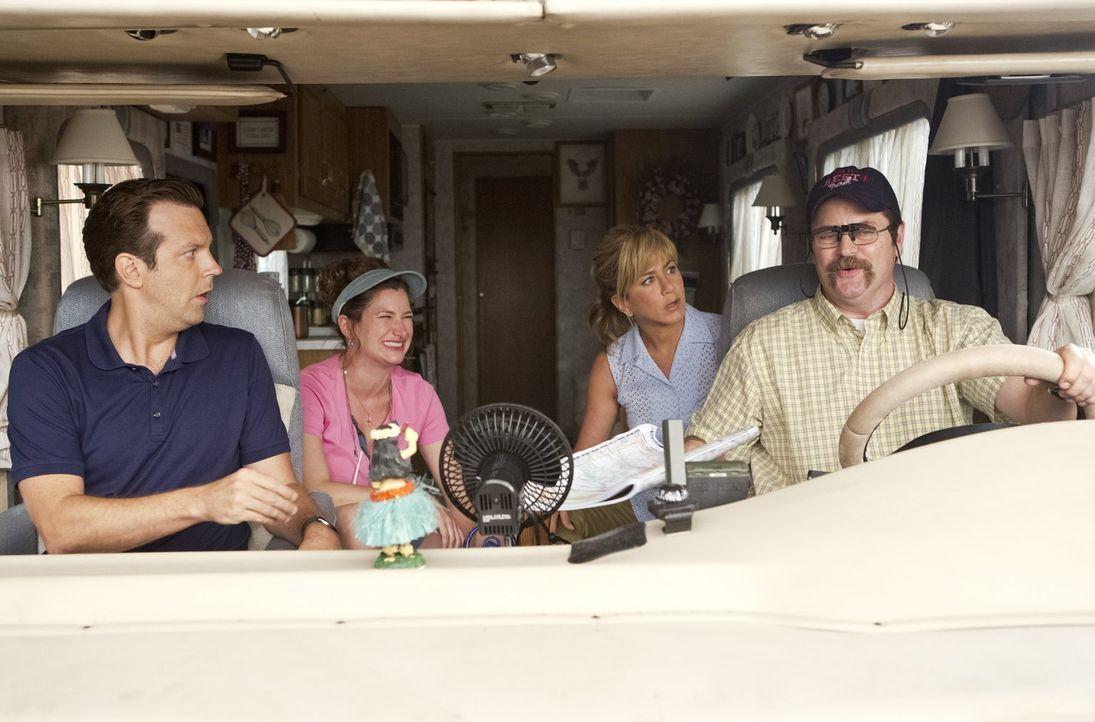 David (Jason Sudeikis, l.) und Rose (Jennifer Aniston, 2.v.r.) sind total geschockt, als ihnen klar wird, dass ihre Retter Don (Nick Offerman, r.) u... - Bildquelle: 2013 Warner Brothers.  All rights reserved.