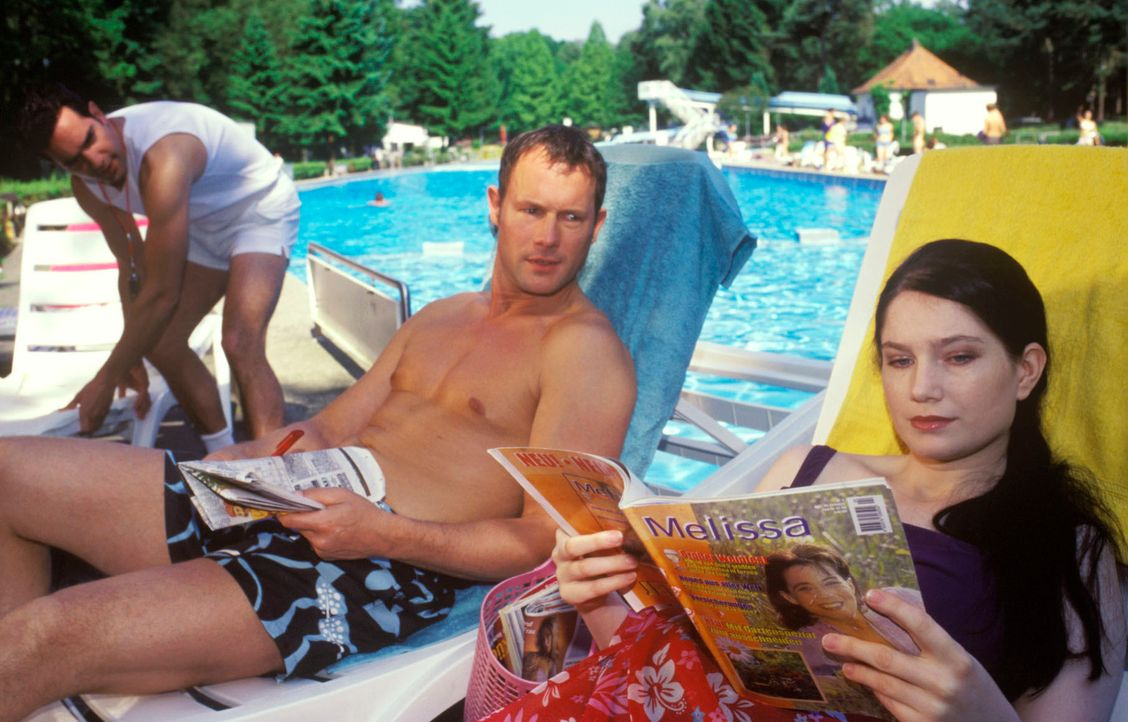 Es gibt doch nichts Schöneres als einen freien Tag am Pool! Aber wenn man eigentlich auf der Arbeit sein sollte, kann das ganz schön in die Hose geh... - Bildquelle: Guido Engels Sat.1