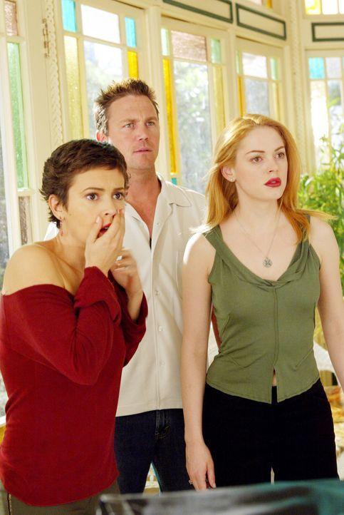 Paige (Rose McGowan, r.), Phoebe (Alyssa Milano, l.) und Leo (Brian Krause, M.) versuchen Piper zu helfen ... - Bildquelle: Paramount Pictures.