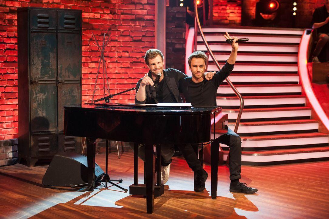 """Zu Gast bei Luke Mockridge (l.) in """"LUKE! Die Woche und ich"""": Clueso (r.) ... - Bildquelle: SAT.1"""