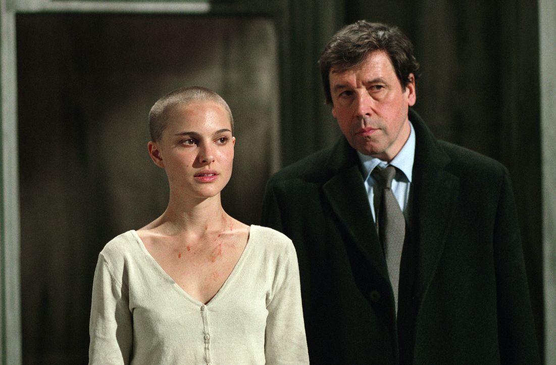 """Finch (Stephen Rea, r.) entdeckt interessante Details zu """"V""""s Herkunft. Dabei fällt ihm Evey (Natalie Portman, l.) in die Hände, die zusammen mit Ve... - Bildquelle: Warner Bros. Pictures"""