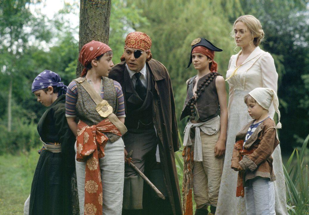 Nach seiner misslungenen Uraufführung braucht Theaterautor James M. Barrie (Johnny Depp, 3.v.l.) dringend Inspiration. Diese findet er eines Tages... - Bildquelle: Miramax Films. All rights reserved