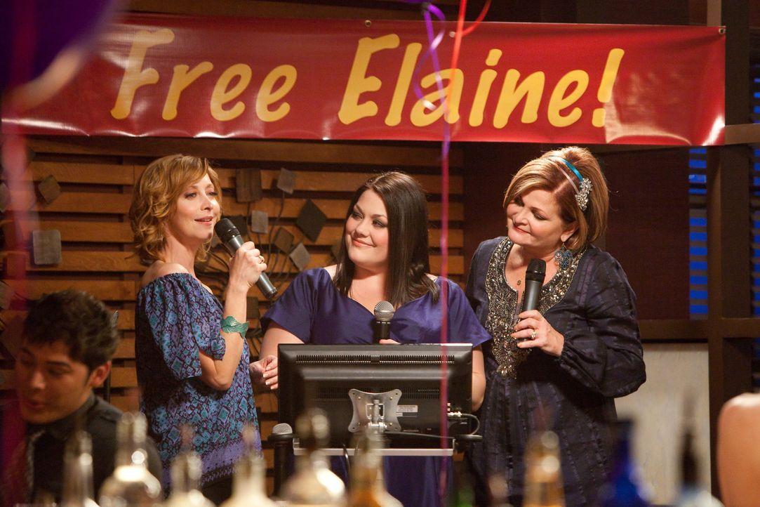 Bobbie (Sharon Lawrence, l.), Jane (Brooke Elliott, M.) und Elaine (Faith Prince, r.) feiern den Sieg eines äußerst komplizierten Falles ... - Bildquelle: 2011 Sony Pictures Television Inc. All Rights Reserved.