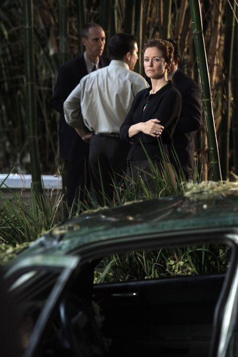 Hat die Erbin und Wahrsagerin Kristina (Leslie Hope, vorne) etwas mit dem Tod von Rosemary zu tun? - Bildquelle: Warner Bros. Television