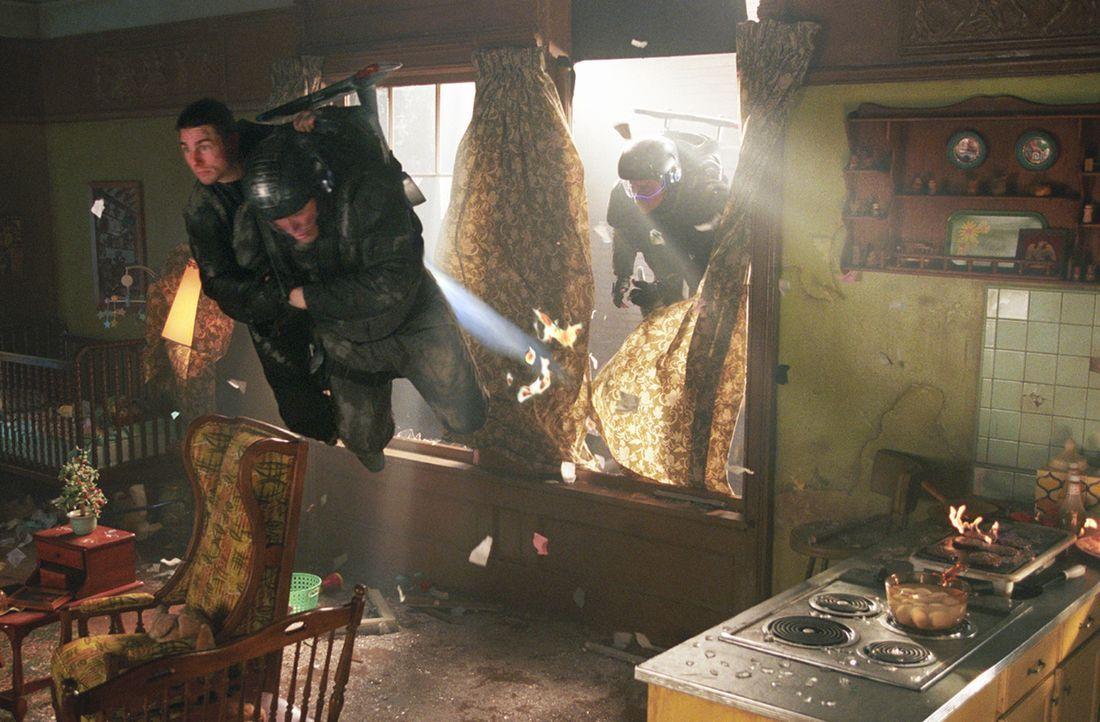 Immer wieder gelingt es John Anderton (Tom Cruise, l.), seinen Häschern zu entkommen - aber die Uhr tickt gnadenlos weiter ... - Bildquelle: 2002 Dreamworks LLC & 20th Century Fox Film Corp. All Rights Reserved