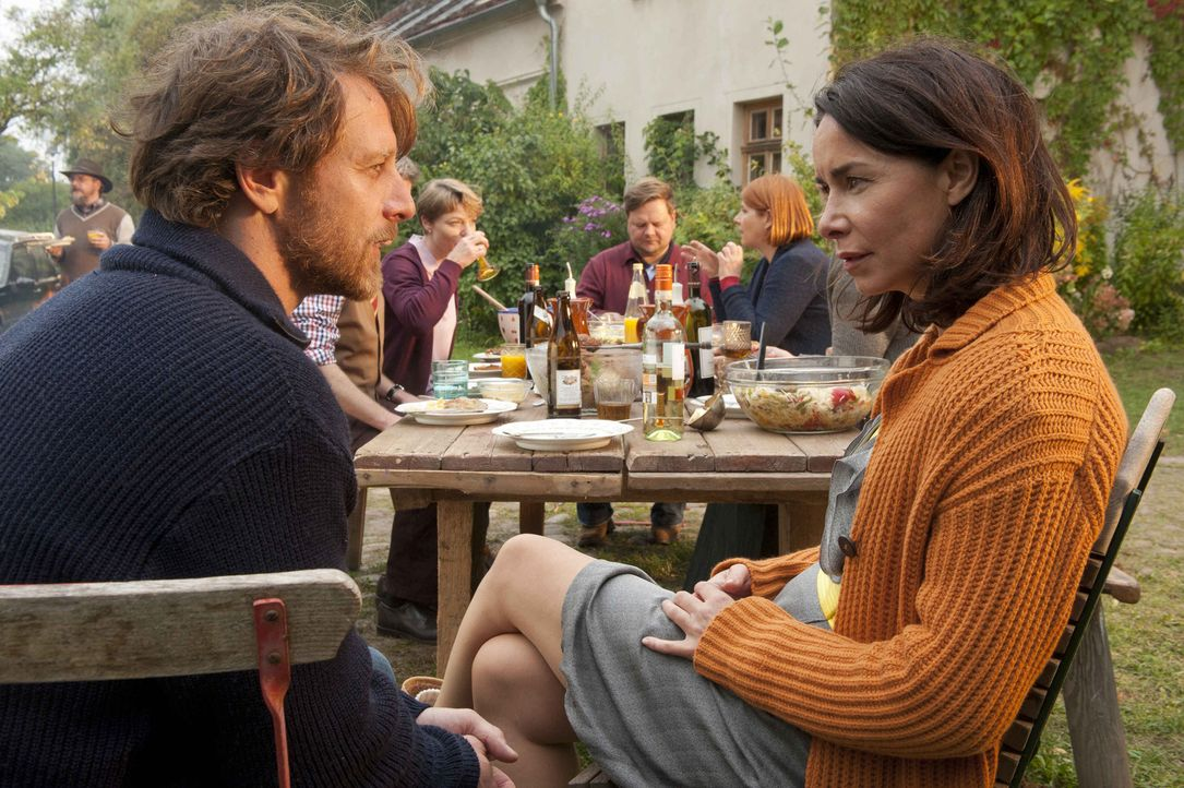 Können Nicky (Katharina Müller-Elmau, r.) und Axel (Hendrik Duryn, l.) ihr ganzes Leben wieder auf Anfang setzen? - Bildquelle: Britta Krehl SAT.1