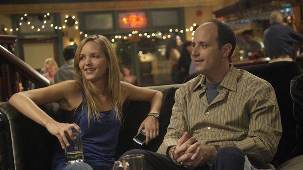 Kenny (Michael Bunin, r.) und P.J. (Jordana Spiro, l.) lassen den Abend in ei...