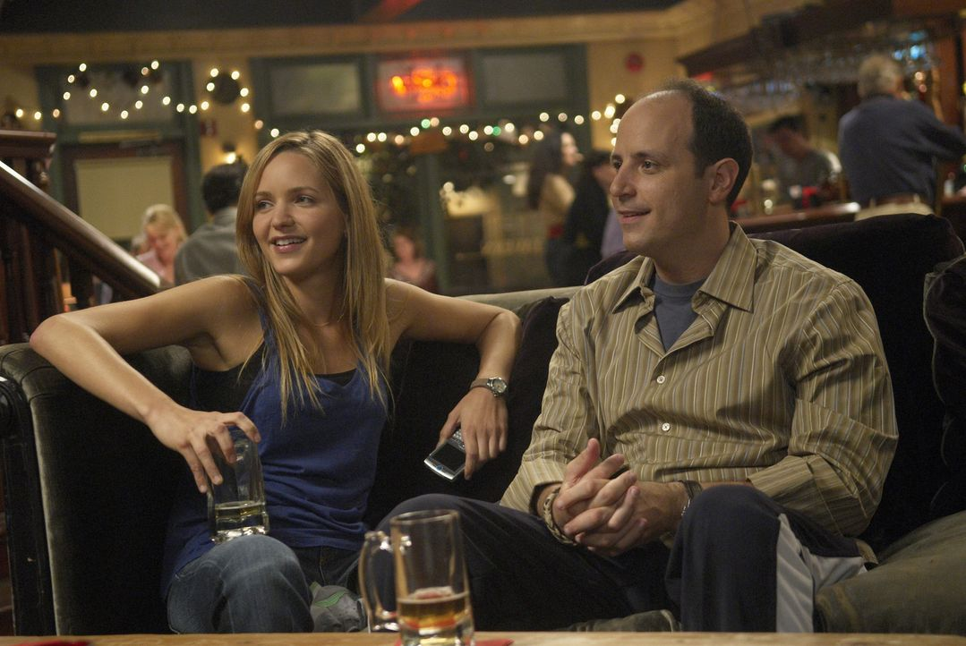 Kenny (Michael Bunin, r.) und P.J. (Jordana Spiro, l.) lassen den Abend in einer Bar ausklingen ... - Bildquelle: 2006 Sony Pictures Television Inc. All Rights Reserved.