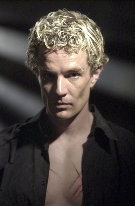 Seit Spike (James Marsters) seine Seele wieder zurück hat, ist er wahnsinnig geworden. Im Keller der Sunnydale verschanzt er sich ... - Bildquelle: TM +   Twentieth Century Fox Film Corporation. All Rights Reserved.