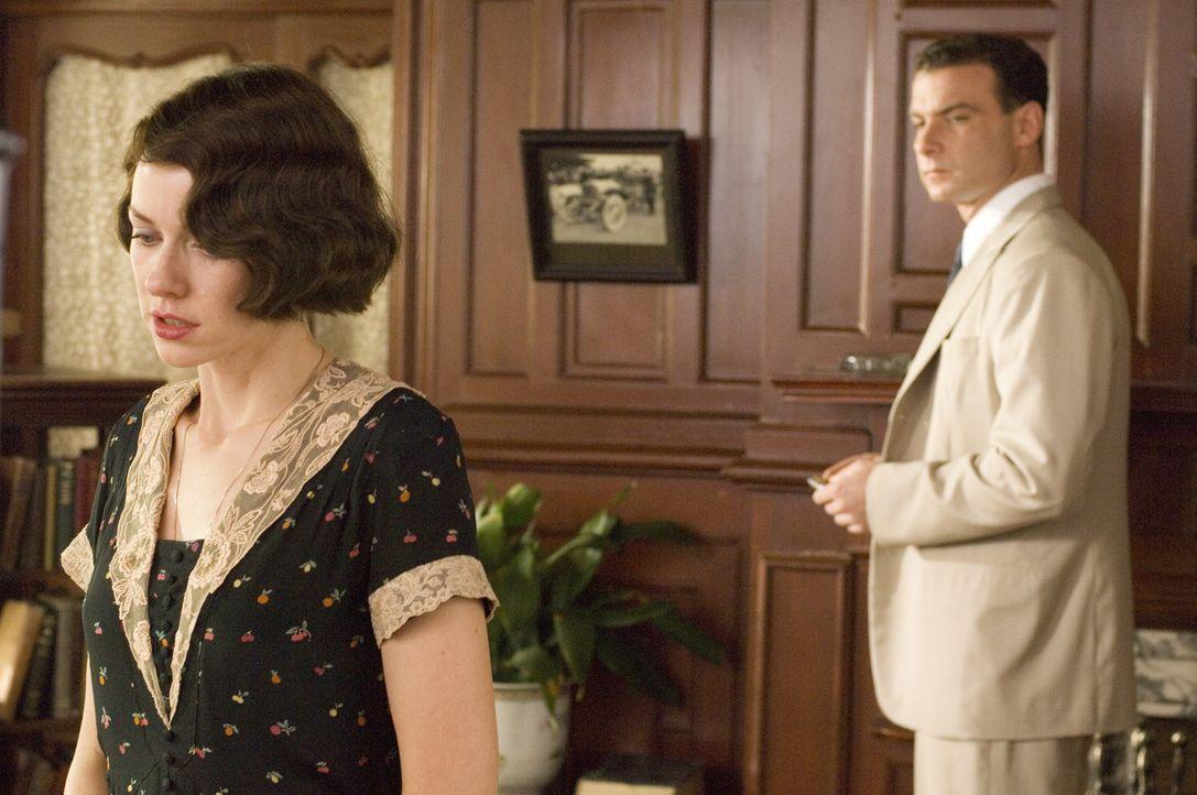 Als Walter herausfindet, dass seine Frau Kitty (Naomi Watts, l.) ihn mit dem charmanten Diplomat Charlie Townsend (Liev Schreiber, r.) betrügt, gre... - Bildquelle: 2006 Yari Film Group Releasing, LLC. All Rights Reserved.