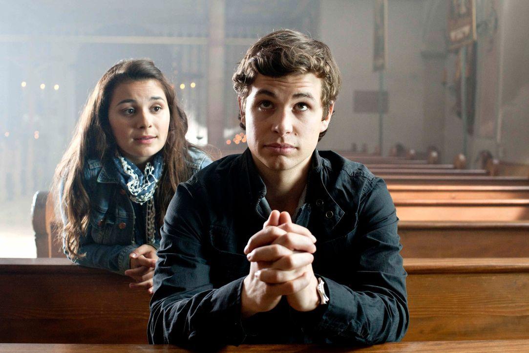 Der 17jährige Laurin (Emil Reinke, r.) ist überzeugt davon, dass Sex nur Probleme mit sich bringt und will möglichst bald ins katholische Priesterse... - Bildquelle: Oliver Vaccaro SAT.1
