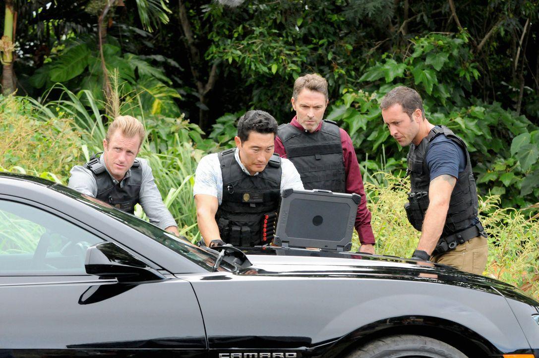 Während Adam und Kono um ihr Leben kämpfen ermitteln Danny (Scott Caan, l.), Chin (Daniel Dae Kim, 2.v.l.) und Steve (Alex O'Loughlin, r.) in eine... - Bildquelle: 2013 CBS BROADCASTING INC. All Rights Reserved.