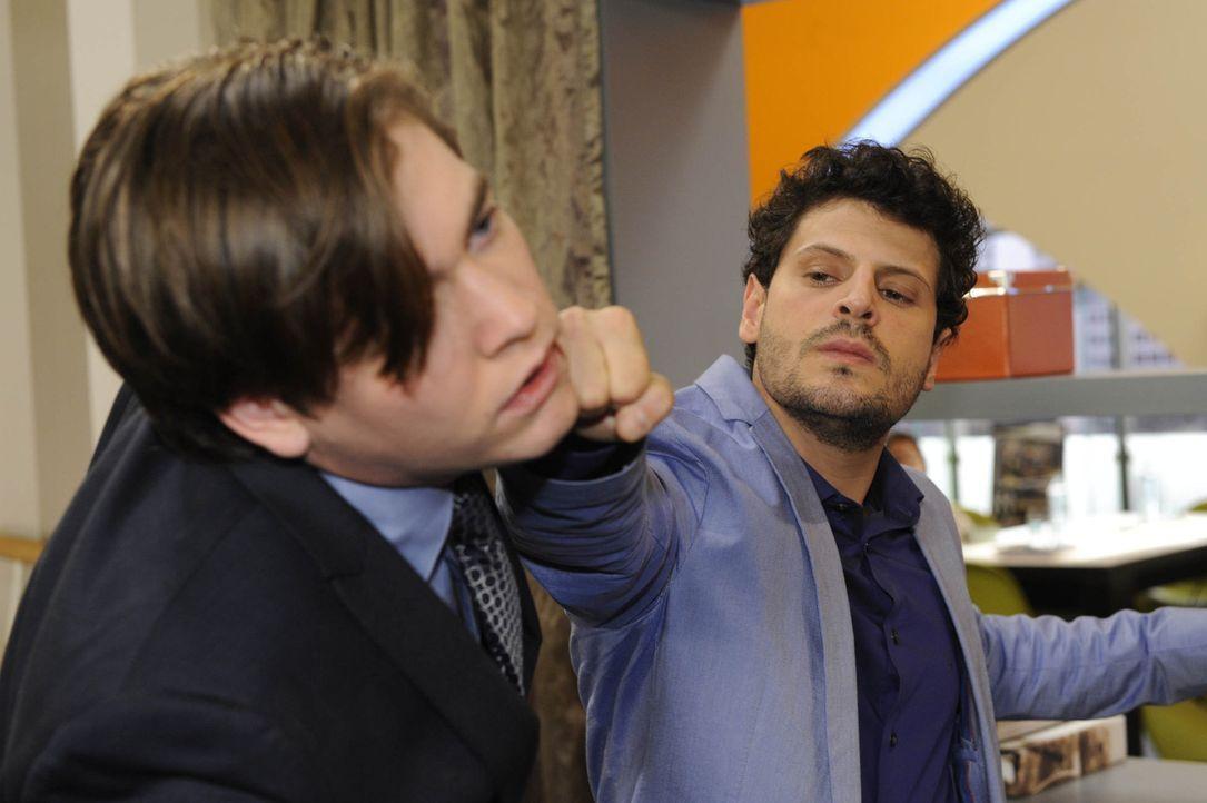 Nachdem Kai (Frederic Böhle, l.) sein wahres Gesicht gezeigt hat, kann Luca (Manuel Cortez, r.) nicht mehr an sich halten und schlägt ihn nieder.... - Bildquelle: SAT.1